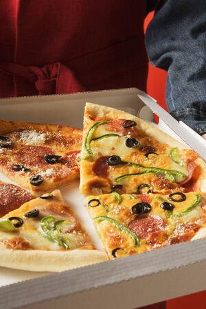 pizza box: Piezas de diferentes pizzas en caja de pizza LANG_EVOIMAGES