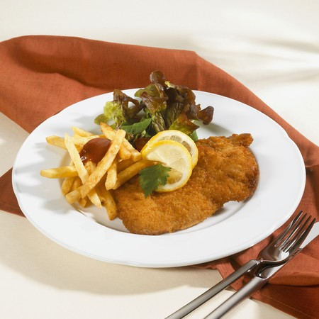 tomato catsup: Wiener Schnitzel with chips, ketchup and salad