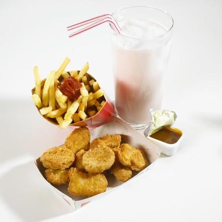 Chicken Nuggets: Nuggets de pollo, patatas fritas, salsa y un batido