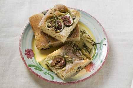 pine kernels: Focaccia with figs, rosemary and pine nuts LANG_EVOIMAGES