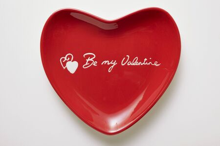 redness: Red heart-shaped plate with the words Be my Valentine LANG_EVOIMAGES
