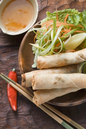 sweet course: Spring rolls with salad and sweet and sour sauce (Thailand) LANG_EVOIMAGES