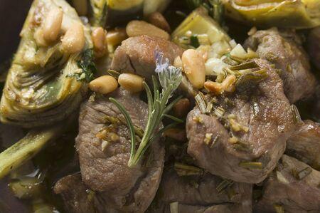 pinoli: Agnello con carciofi, erbe e pinoli