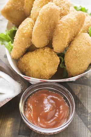 nuggets de poulet: Nuggets de poulet dans un plat en carton, le ketchup, le sel