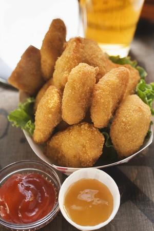 Chicken Nuggets: Nuggets de pollo en el plato de cart�n, la salsa de tomate y salsa agridulce