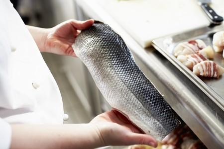 filete de pescado: Un chef con un filete de pescado crudo