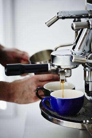 provenance: Barista making espresso LANG_EVOIMAGES