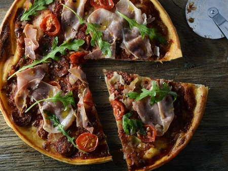 arugola: Pizza with Proscuitto, tomato and rocket, sliced LANG_EVOIMAGES
