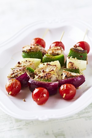 kebob: A plate of chicken and vegetable skewers LANG_EVOIMAGES