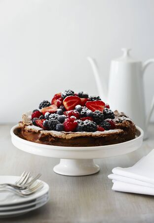 flourless chocolate cake: Flourless chocolate cake with berries