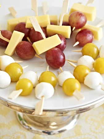 fruit skewers: Queso y fruta pinchos para un brunch de Pascua