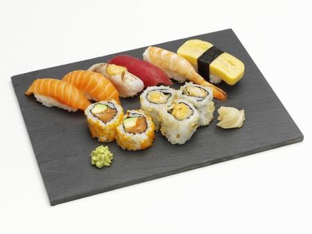 maki sushi: Sushi plateau avec nigiri et maki sushi LANG_EVOIMAGES