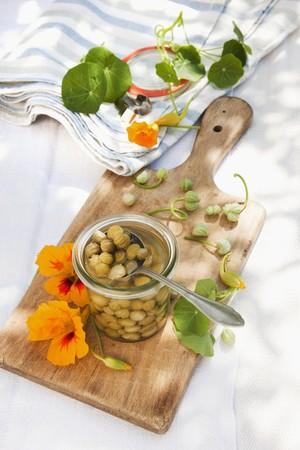 falso: Alcaparras falsas hechas de semillas de capuchina