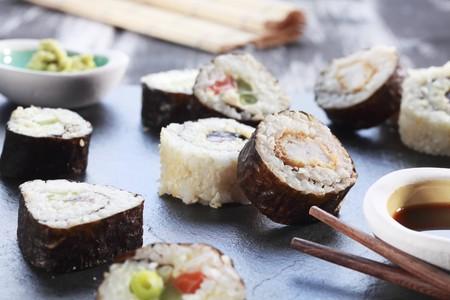 maki sushi: Divers sushi maki avec de la sauce de soja et de wasabi