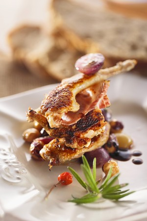 broiling: Grilled quail with bacon