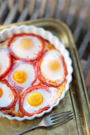 huevos fritos: Huevos fritos en rodajas de tomate