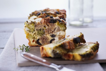 broccolli: Feta cake with broccoli, black olives and wholemeal bread