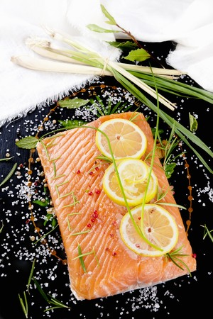 lemon slices: Salmon fillet with lemon slices and lemongrass LANG_EVOIMAGES