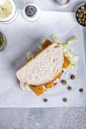 alcaparras: Un s�ndwich fishfinger con salsa t�rtara y alcaparras