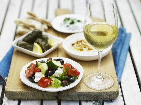 Griechisches Essen, Weißwein und ungesäuertes Brot