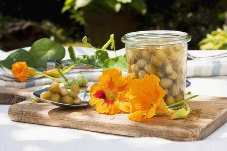 alcaparras: Alcaparras falsas hechas de semillas de capuchina