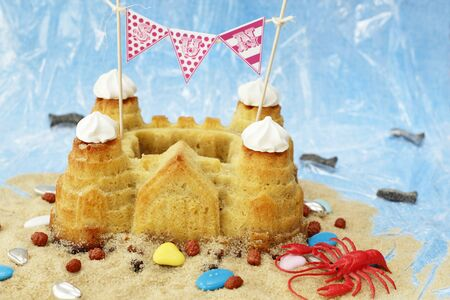 sandcastle: A sandcastle cake with beach decorations LANG_EVOIMAGES
