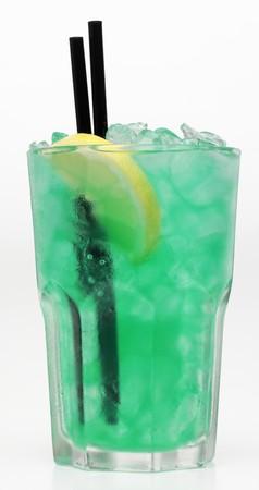 ice crushed: Een turquoise cocktail met crushed ijs tegen een witte achtergrond LANG_EVOIMAGES