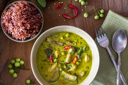 chicken curry: Green chicken curry with aubergines served with red rice LANG_EVOIMAGES