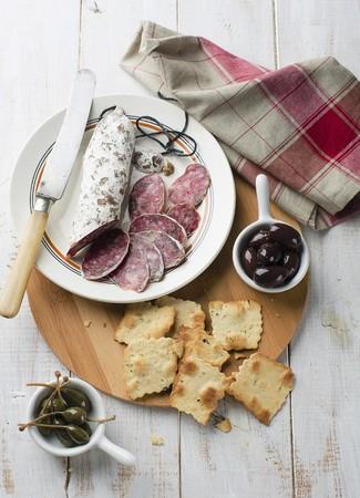 alcaparras: Salami, aceitunas, galletas y alcaparras LANG_EVOIMAGES