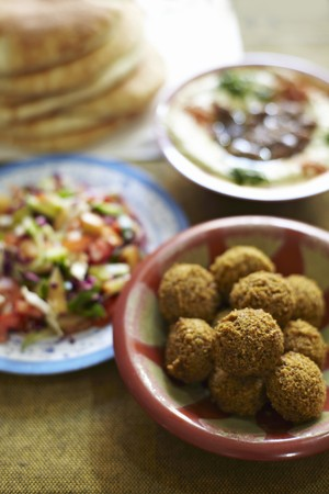 unleavened: Falafel, salad, unleavened bread and hummus (North Africa)