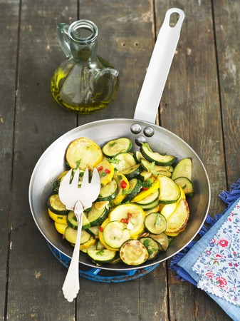 cocozelle: Fried courgettes with chillis