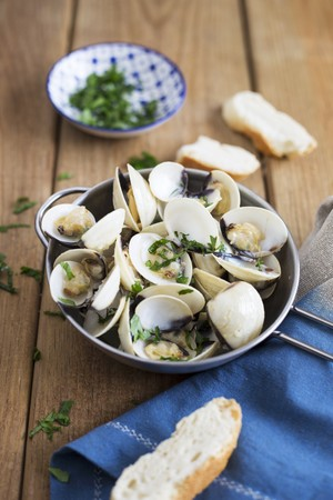 coriandrum sativum: Clams in white wine with coriander, garlic and bread LANG_EVOIMAGES