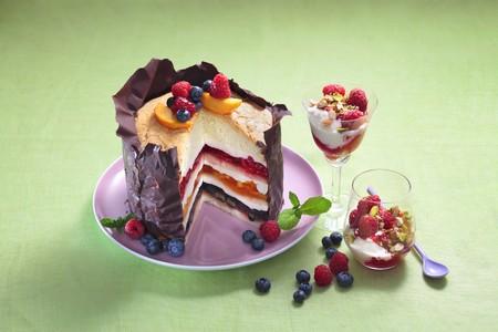 melba: Un pastel de frutas festivo con una capa de chocolate crujiente junto a vasos de melocot�n Melba con frambuesas LANG_EVOIMAGES