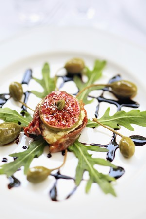 alcaparras: El queso de cabra con higos, tomates secos, alcaparras, cohetes y balsámico