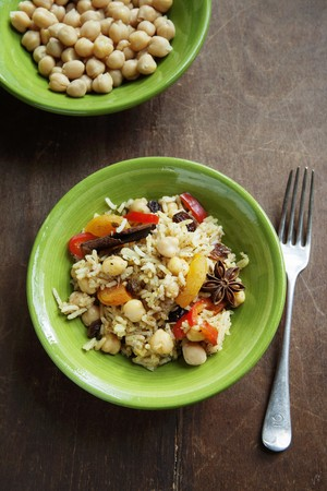chickpeas: Couscous with chickpeas, read peppers, raisins, dried apricots, cinnamon and star anise (Morocco)