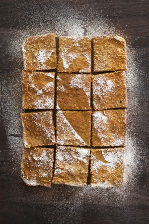 carrot cake: Carrot cake with icing sugar, sliced LANG_EVOIMAGES
