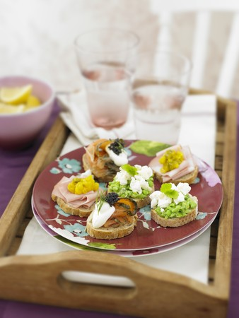 several breads: Mini sandwiches with ham, salmon and pea spread LANG_EVOIMAGES