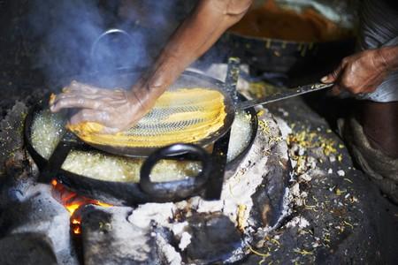 garbanzos: Un hombre que hace omapodi (garbanzos y harina de arroz aperitivo, India)