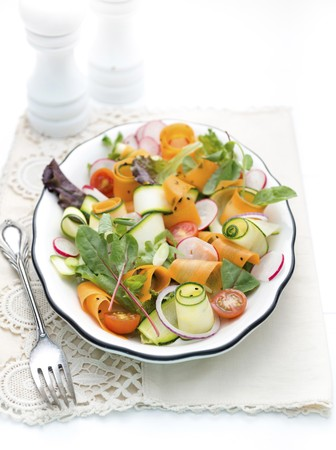 cocozelle: Vegetable salad with courgette strips, carrots and radishes