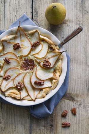 puff pastry: Puff pastry tart with pears, blue cheese and pecan nuts