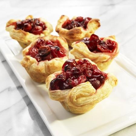 vaccinium macrocarpon: Puff pastry cranberry tartlets LANG_EVOIMAGES