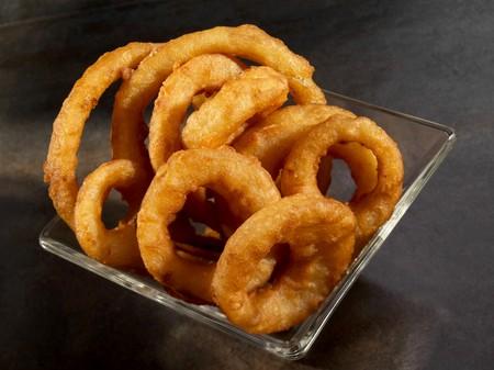 allium cepa: Fried onion rings in glass bowl