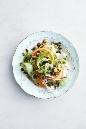 alcaparras: Ensalada mixta con las zanahorias y las alcaparras