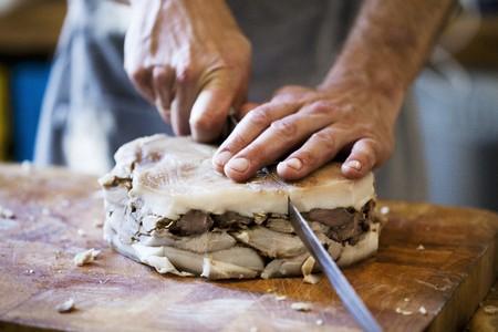 provenance: Pork being sliced LANG_EVOIMAGES
