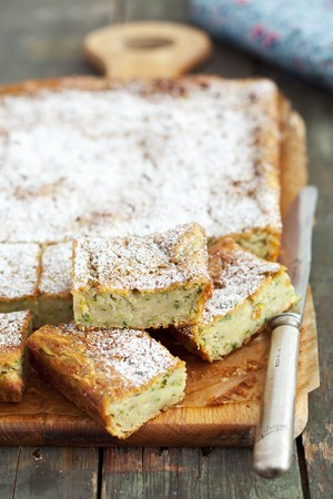 cocozelle: Courgette cake with cinnamon and icing sugar