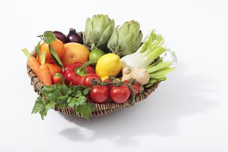 감귤류의 과일: A basket of vegetables with citrus fruits and ginger