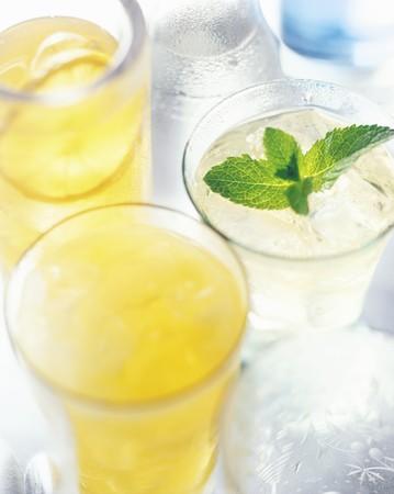 jus de citron: Cocktails de l'�t� ont fait avec du jus de citron, des gla�ons et de menthe