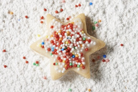 dragees: A star biscuit with colourful sprinkles in icing sugar
