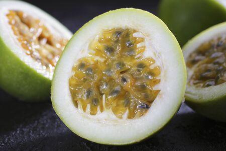 halved: Passion fruits, halved LANG_EVOIMAGES