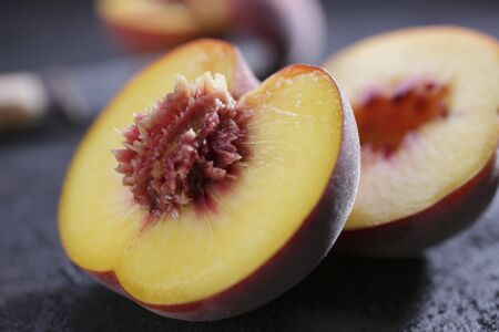 halved: A peach, halved LANG_EVOIMAGES